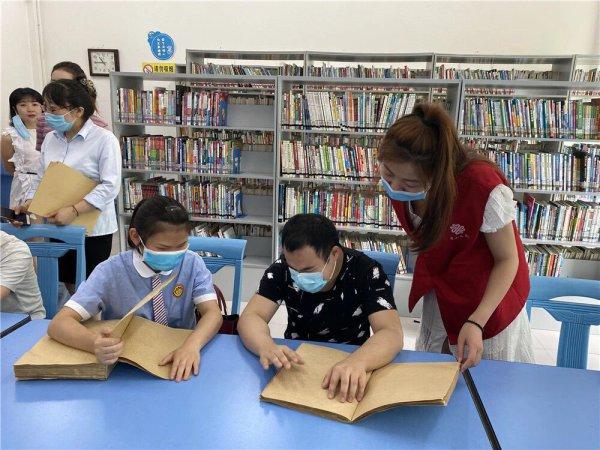 鼓励盲人学习掌握盲文,提高阅读水平。