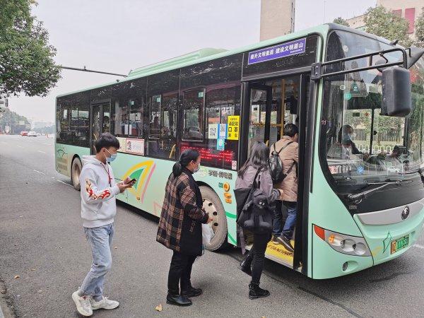 市民乘坐S101线公交车。